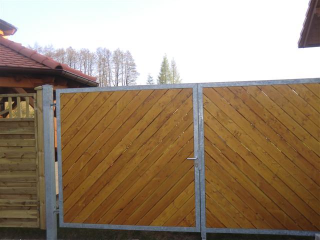 Einfahrtstor mit Holzvertaefelung (Klein)