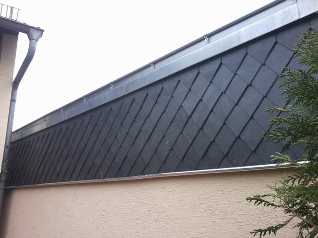 Fassade mit Spitzwinkeldeckung